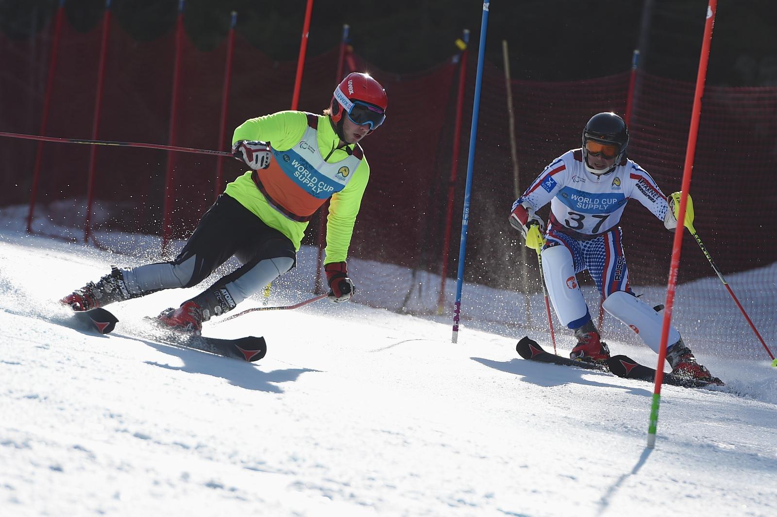 Сборная команда России заняла первое место в неофициальном общекомандном зачете чемпионата мира по горнолыжному спорту среди лиц с поражением опорно-двигательного аппарата и нарушением зрения в Канаде