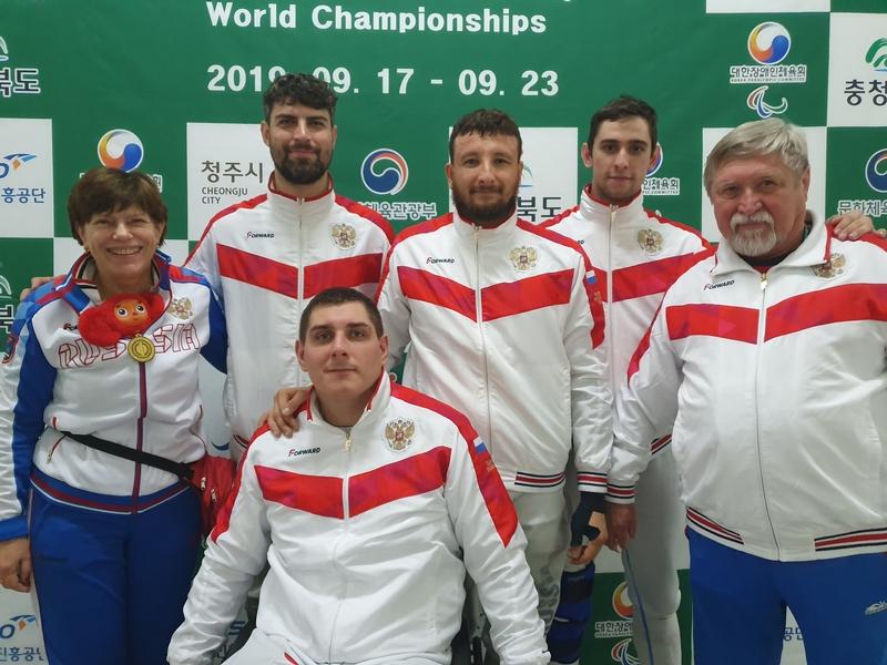 Сборная команда России завоевала 3 золотые, 5 серебряных и 7 бронзовых медалей и заняла 2 место в общекомандном зачете на чемпионате мира по фехтованию на колясках в Корее