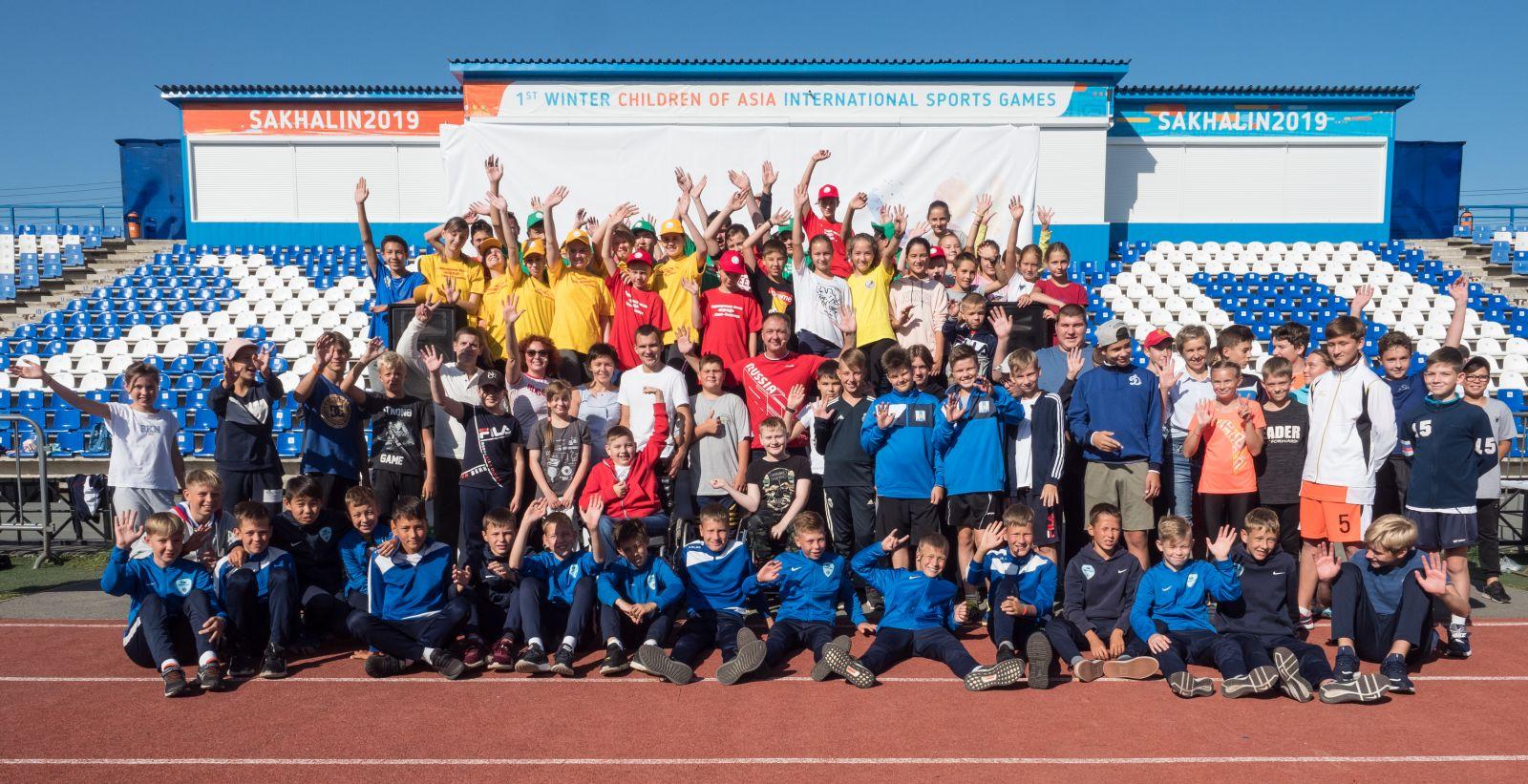 Более 100 детей вышли на зарядку с Паралимпийскими чемпионами в Южно-Сахалинске