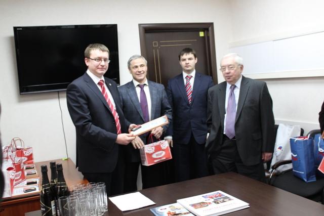 Владимир Лукин поздравил аппарат ПКР с наступающим Новым годом