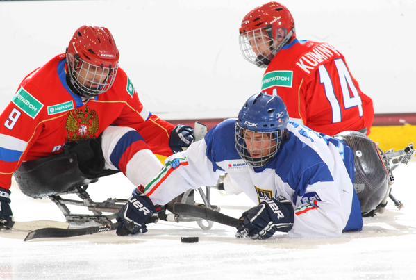 Сборная команда России по хоккею-следж обыграла сборную Италии со счетом 3:0 в матче второго круга чемпионата мира по хоккею-следж в США