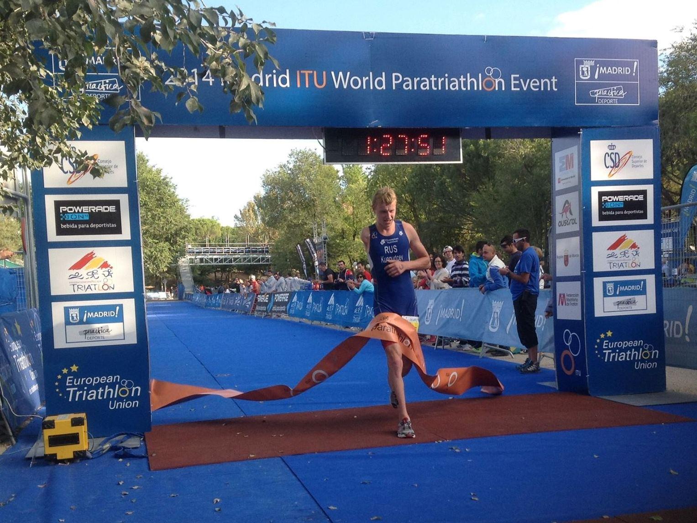 Денис Кунгурцев завоевал золотую медаль на 8 этапе международных соревнований по паратриатлону в Испании