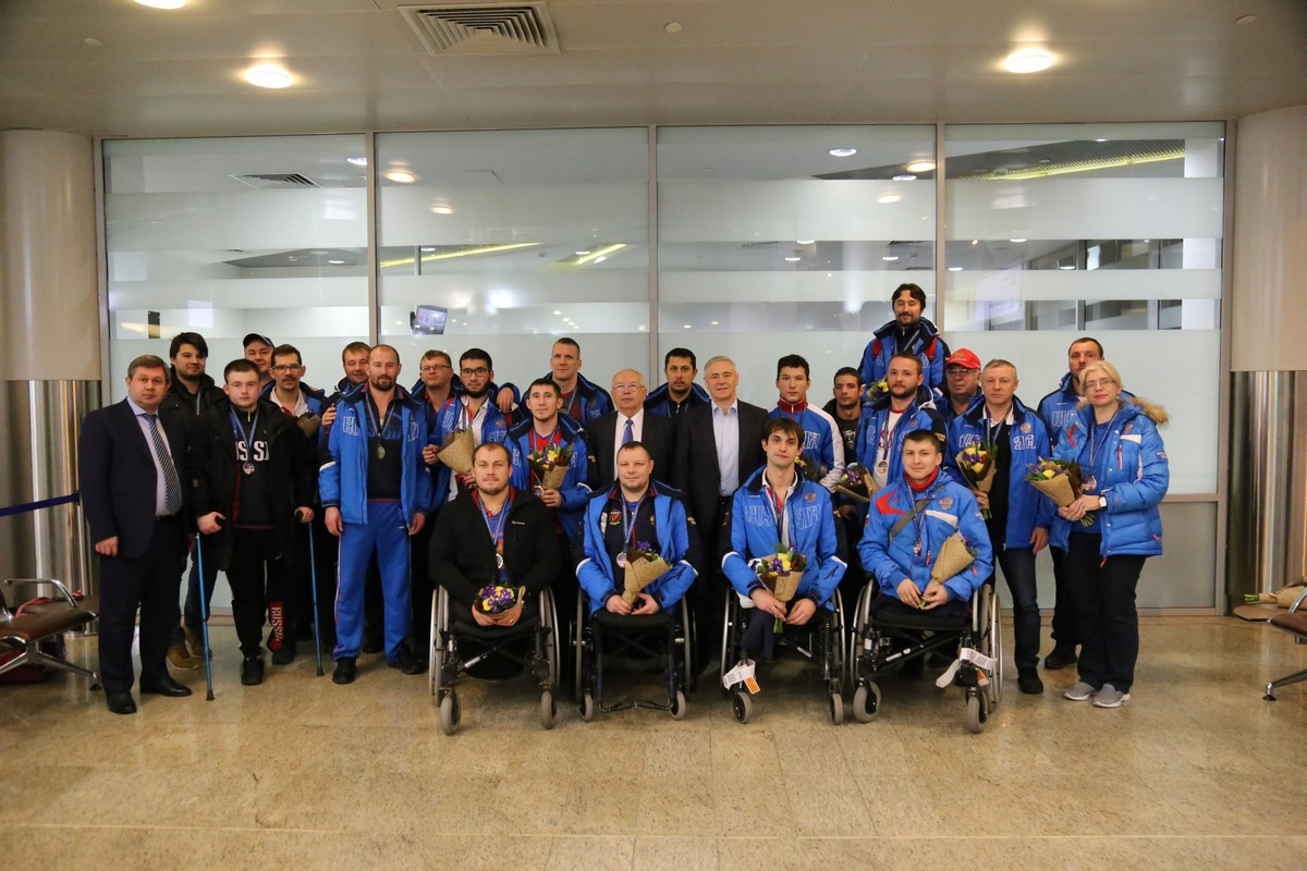 В.П. Лукин, П.А. Рожков в аэропорту Шереметьево встретились со сборной командой России по следж-хоккею по итогам чемпионата мира МПК в группе B