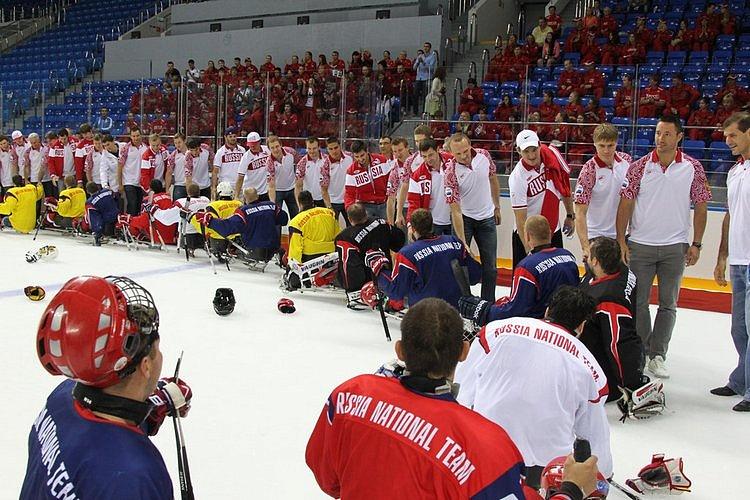 В  г. Сочи на олимпийском спортивном объекте «Ледовая арена «Шайба» сборная команда России по хоккею-следж встретилась с олимпийской сборной по хоккею