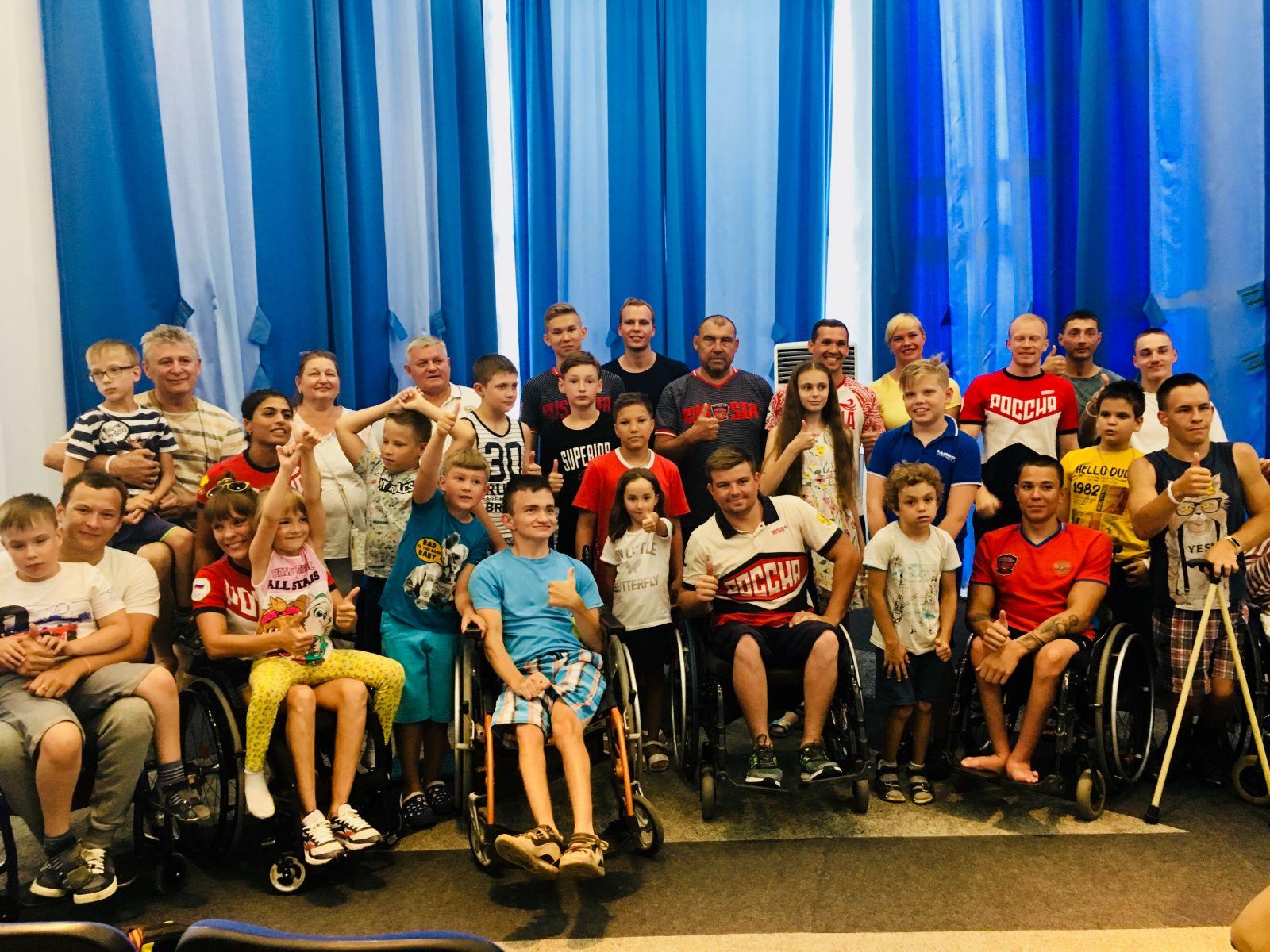 Сборная команда России по плаванию спорта лиц с ПОДА во время тренировочного сбора в Евпатории провела Паралимпийский урок для детей - участников программы реабилитации МГАРДИ