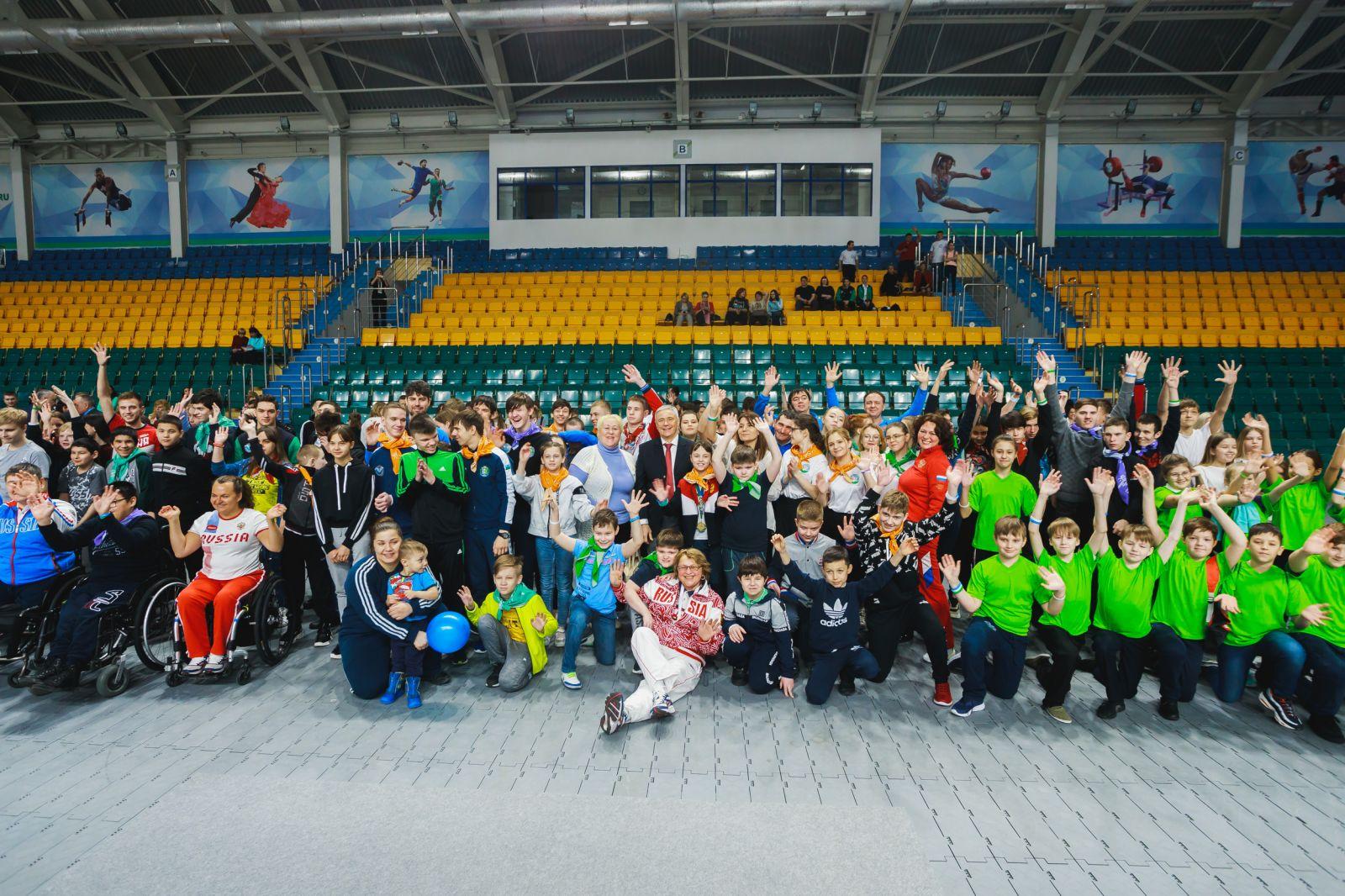 Более 80 детей-инвалидов вышли на зарядку с чемпионами Паралимпийских игр, чемпионатов мира и Европы в Ханты-Мансийске
