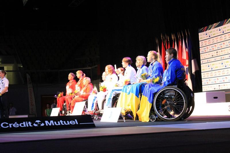 Сборная команда России по фехтованию на колясках заняла первое общекомандное место на чемпионате Европы во Франции, завоевав 5 золотых, 5 серебряных и 13 бронзовых медалей