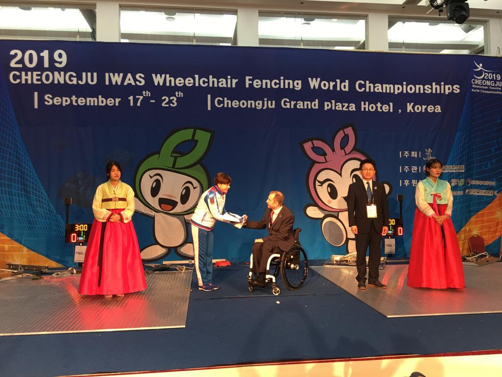 Флаг чемпионата мира по фехтованию на колясках IWAS передан России, как принимающей стране следующего чемпионата