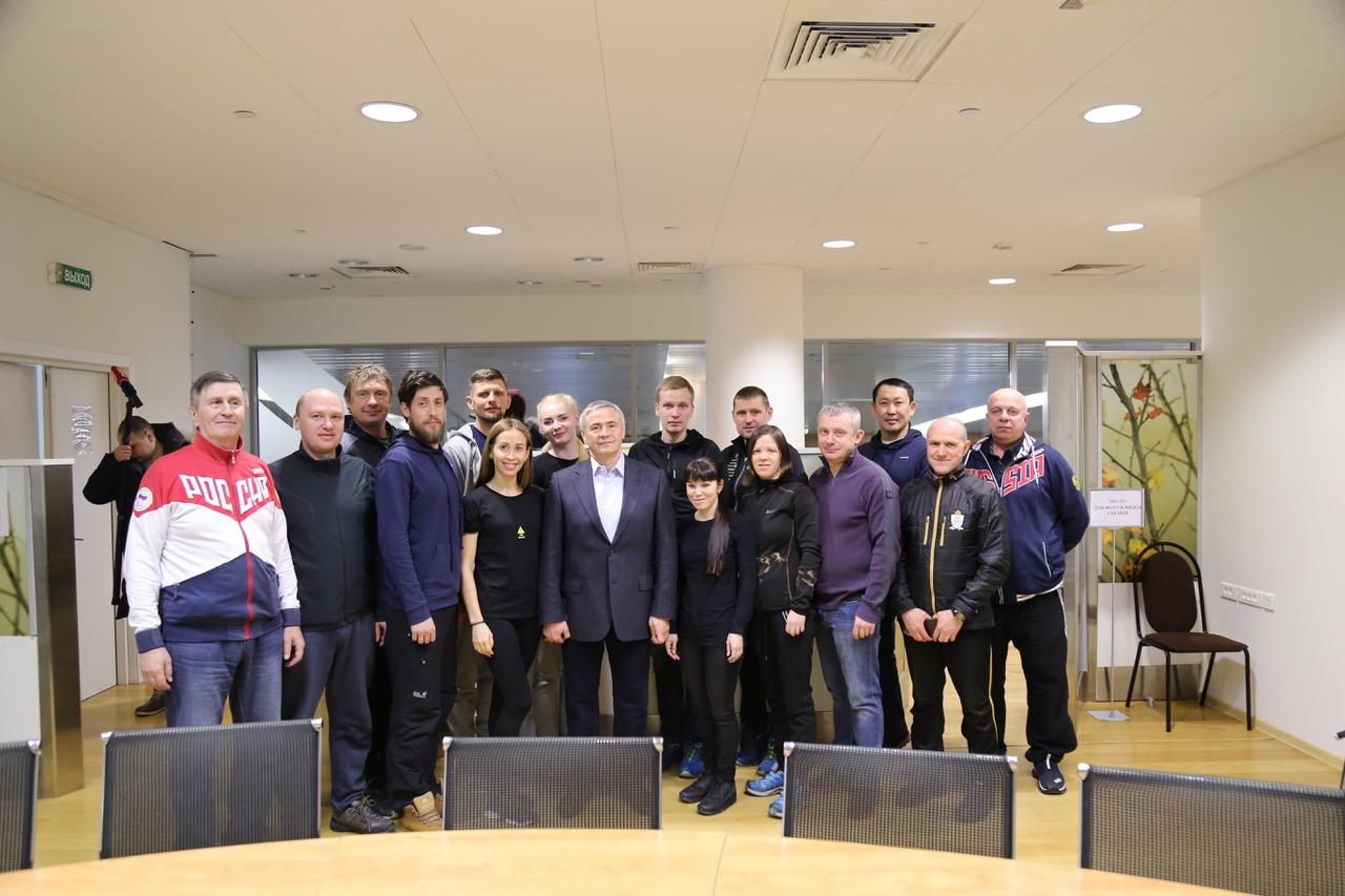 В Международном аэропорту Шереметьево состоялась встреча П.А. Рожкова со спортсменами, тренерами и специалистами по лыжным гонкам и биатлону спорта слепых перед выездом на заключительные тренировочные мероприятия в преддверии ПИ-2018
