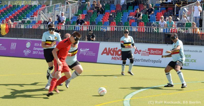 Российские спортсмены вышли в полуфинал чемпионата Европы по мини-футболу 5х5 (класс В1, тотально слепые) в Германии