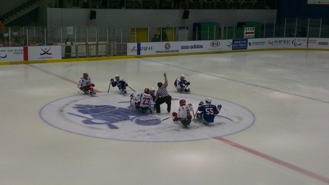 Сборная России по хоккею-следж одержала первую победу на Чемпионате мира в Южной Корее, обыграв хозяев турнира со счетом 2:1
