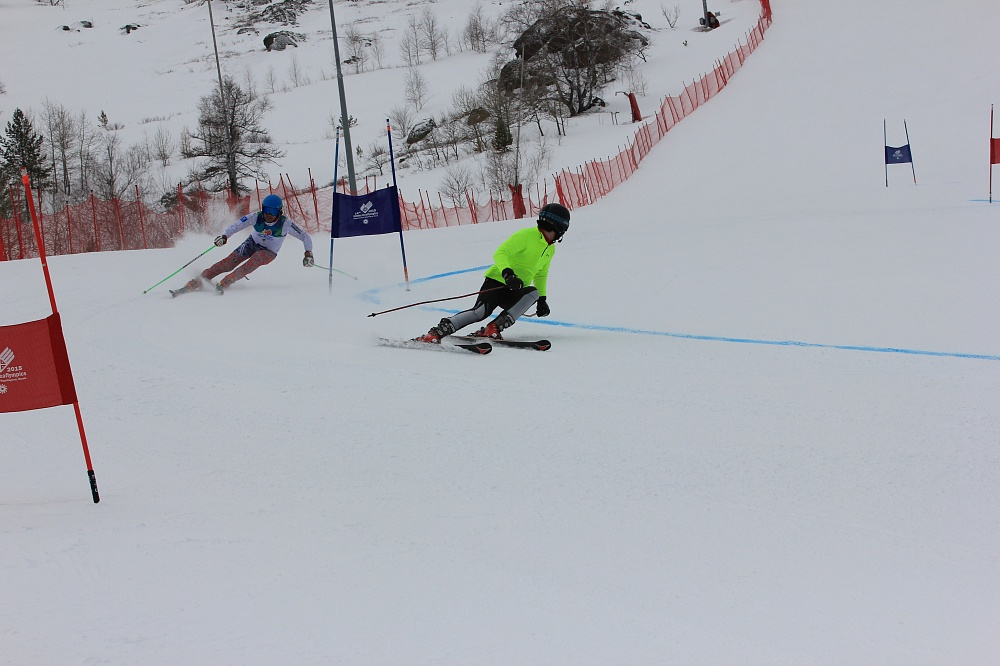 Сильнейшие горнолыжники страны оспаривают титул чемпионов России по спорту слепых в Магнитогорске