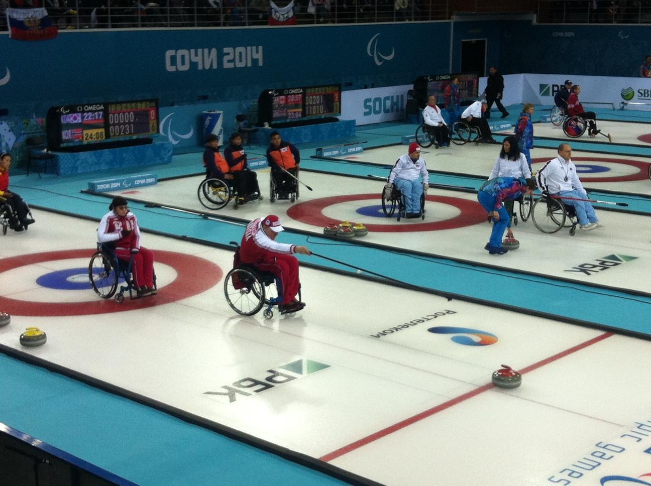 Сборная команда России по керлингу на колясках одержала первую победу на Паралимпийских зимних играх в г. Сочи, обыграв в круговом этапе сборную Китая со счетом 5:4