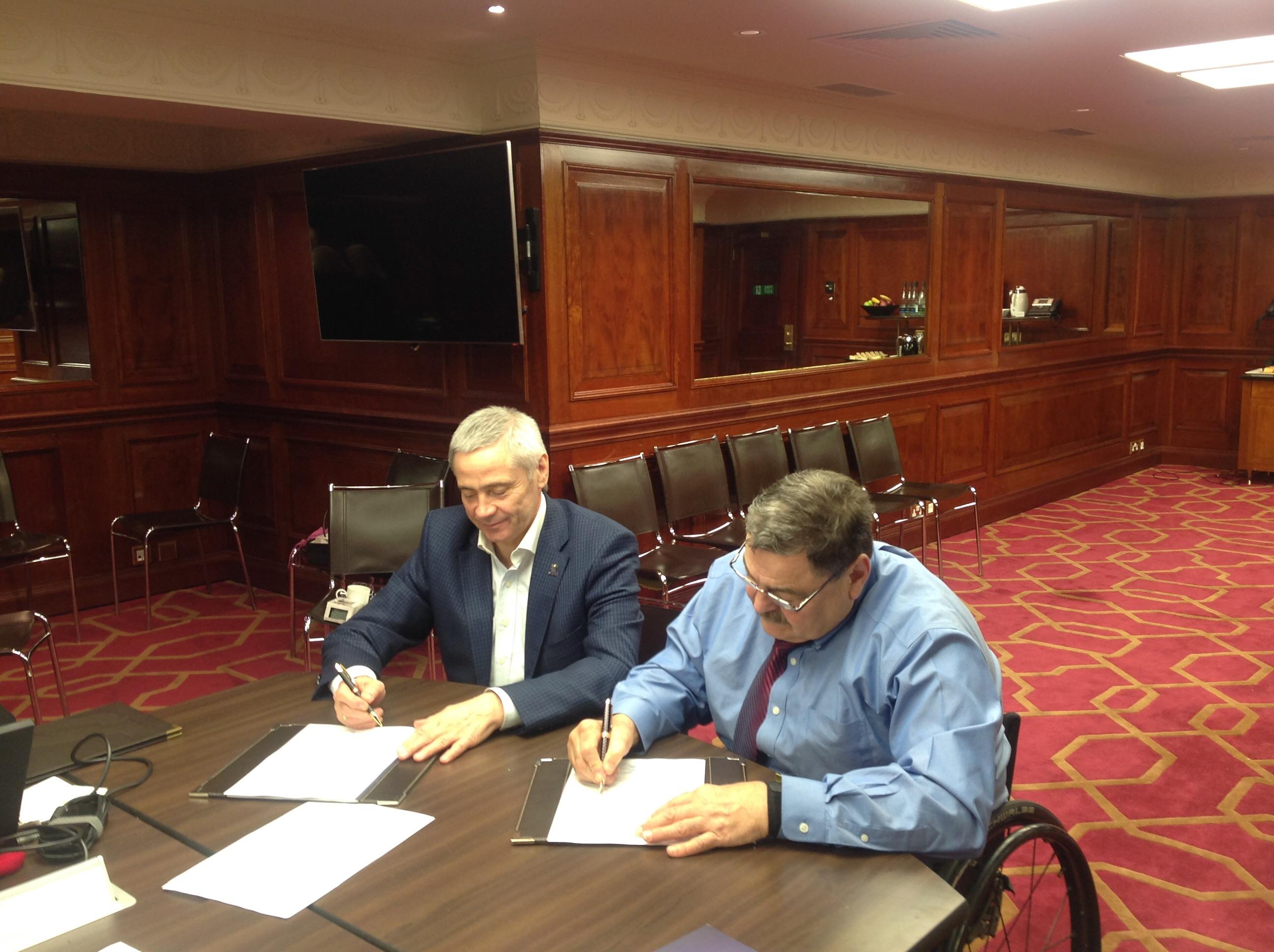 П.А. Рожков и президент IWAS Пол де Пас подписали дополнительное соглашение к основному соглашению о проведении Всемирных игр IWAS, которые пройдут в г. Сочи с 26 сентября по 3 октября 2015 года