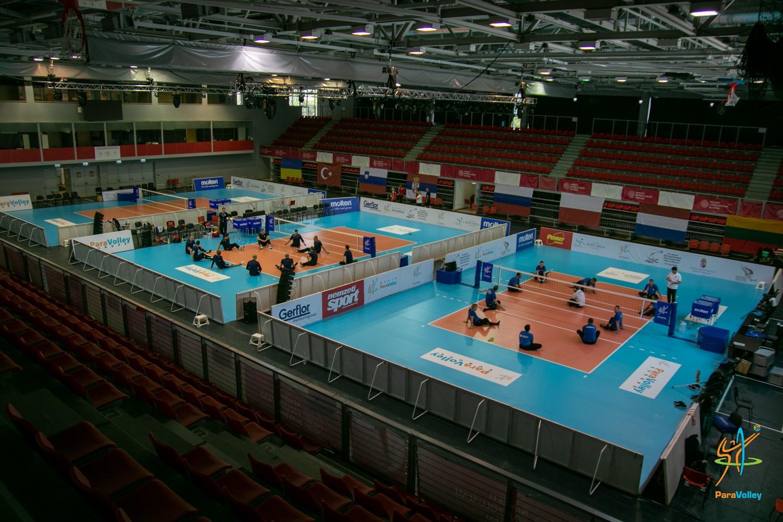 Мужская и женская сборные команды России по волейболу сидя успешно начали свое выступление на чемпионате Европы в Венгрии
