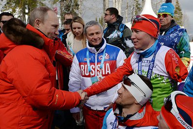 Президент  России Владимир Путин в г. Сочи посетил соревнования по  лыжным гонкам с участием российских спортсменов. Наши паралимпийцы  завоевали 2 золотые медали в смешанной и открытой эстафетах