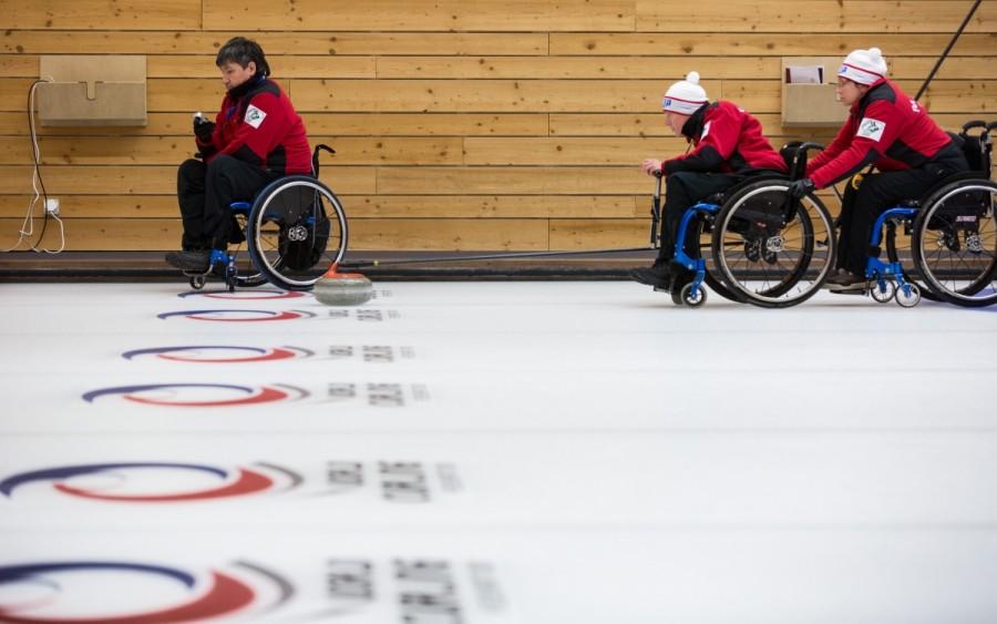 Россияне победили канадцев и досрочно вышли в плей-офф чемпионата мира по керлингу на колясках