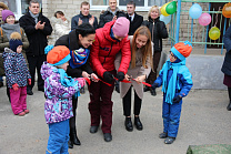 Аnna Milenina and Mikhalina Lysova presented the Ekaterenburg city Childcare Center for children with visual disabilities with a new playground
